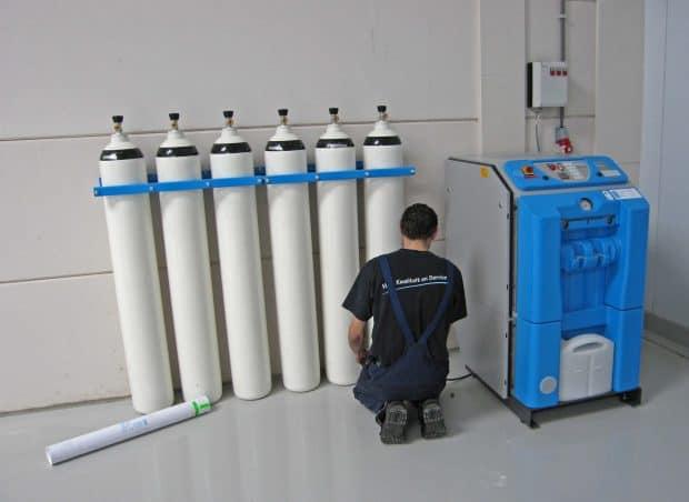 monteur aan het werk compressor service techniek